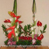 E14 - Arreglo floral de heliconeas, rosas y tulipanes